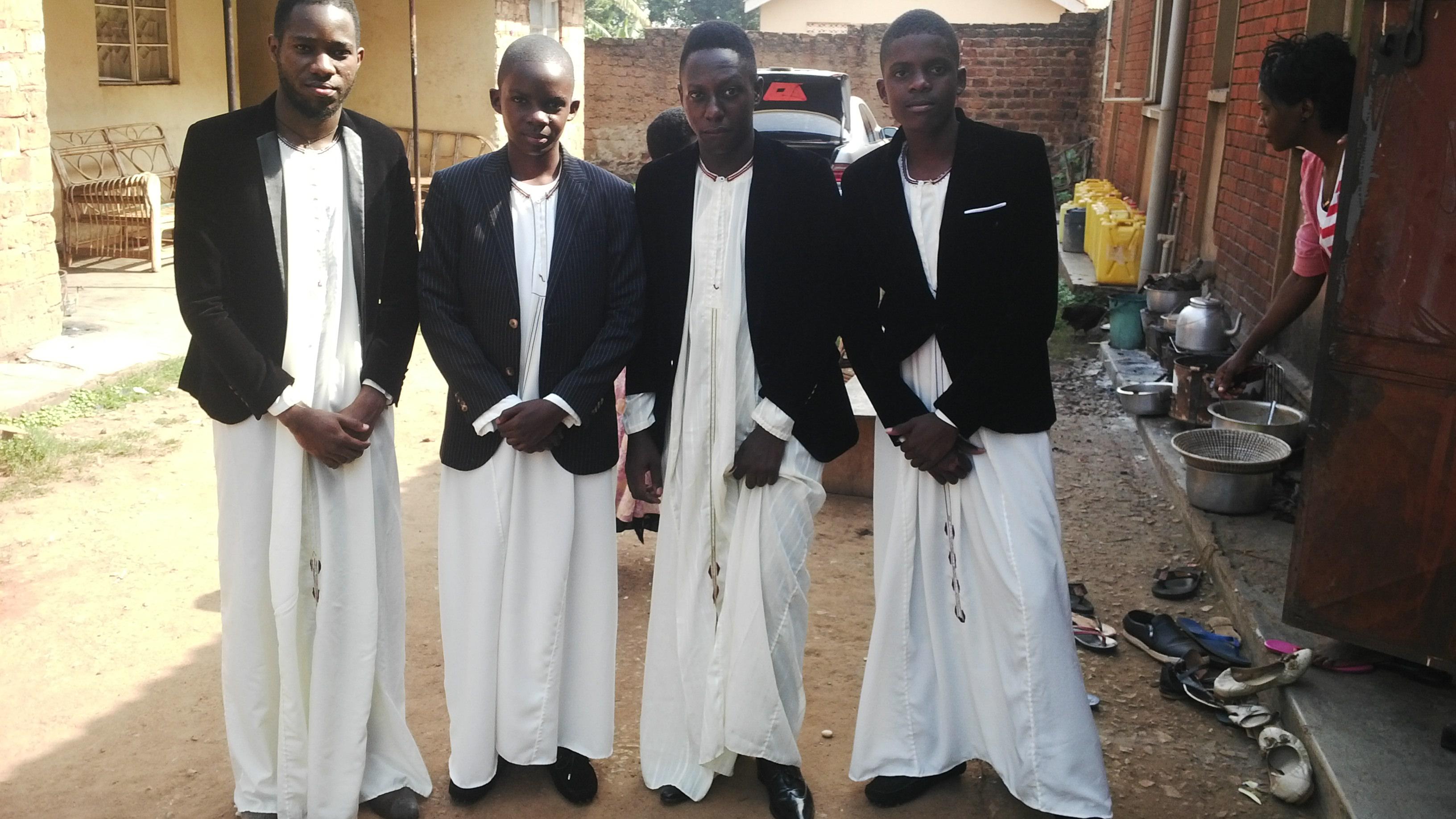 File:TRADITIONAL WEDDING KANZU OR CLOTH IN UGANDA.jpg - Wikimedia ...