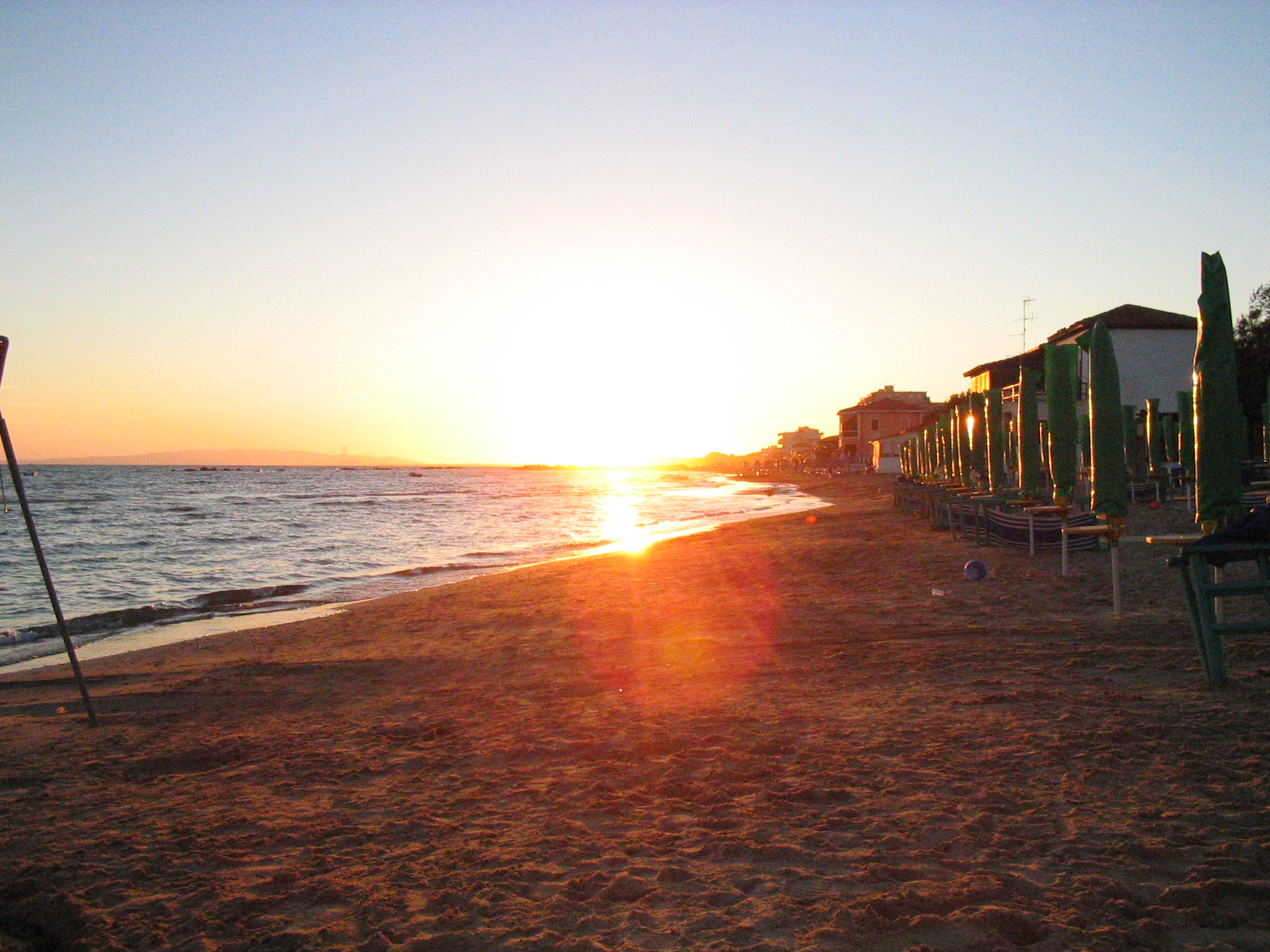 http://upload.wikimedia.org/wikipedia/commons/b/b1/Tramonto_follonica.JPG
