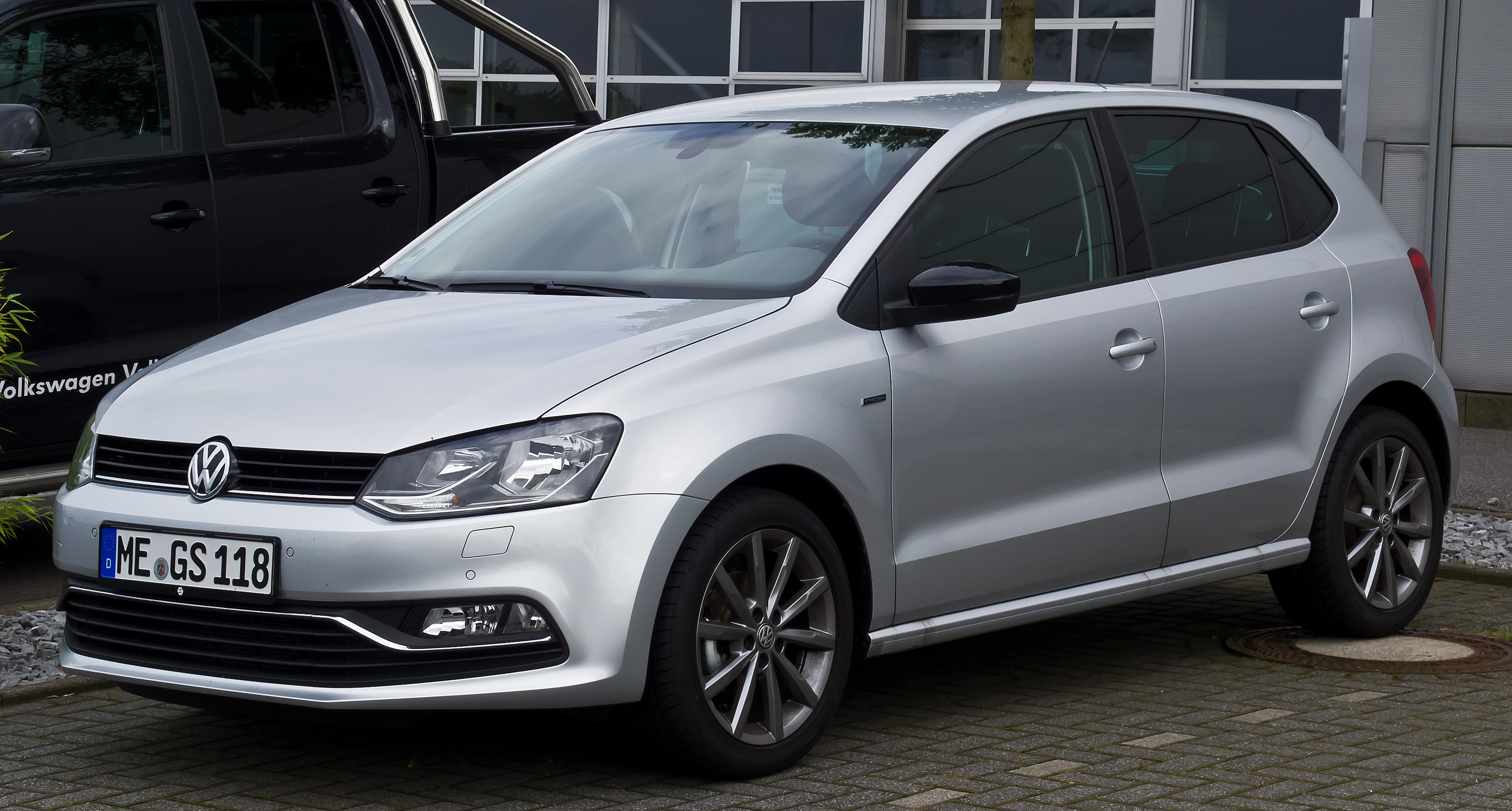 https://upload.wikimedia.org/wikipedia/commons/b/b1/VW_Polo_1.2_TSI_BlueMotion_Technology_Fresh_%28V,_Facelift%29_%E2%80%93_Frontansicht,_13._Juli_2014,_Velbert.jpg