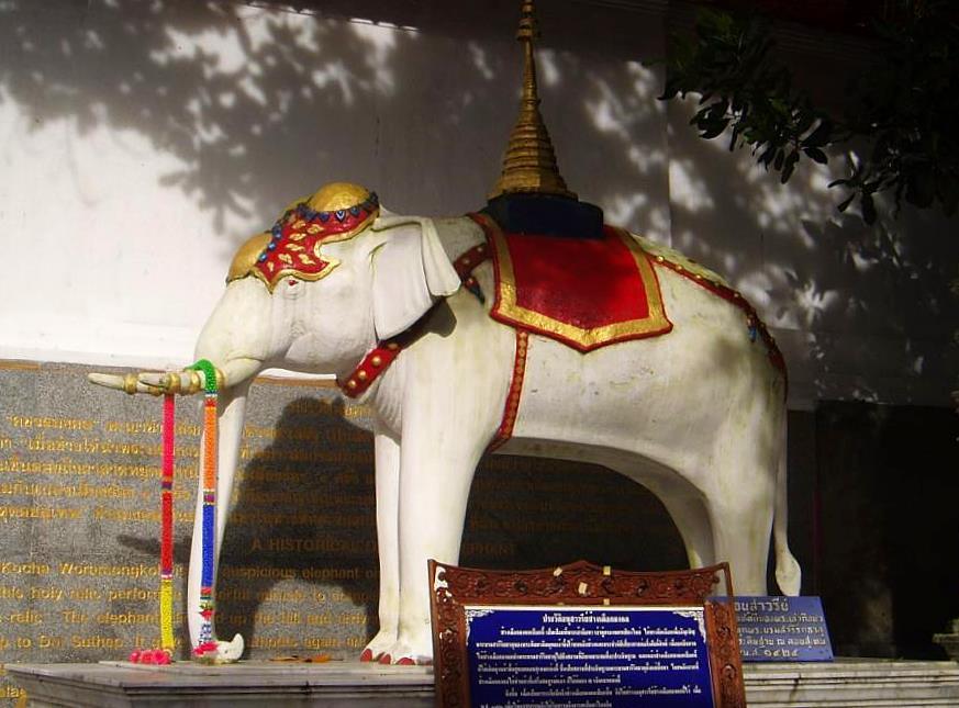 Figura de elefante blanco en el templo de Doi Suthep