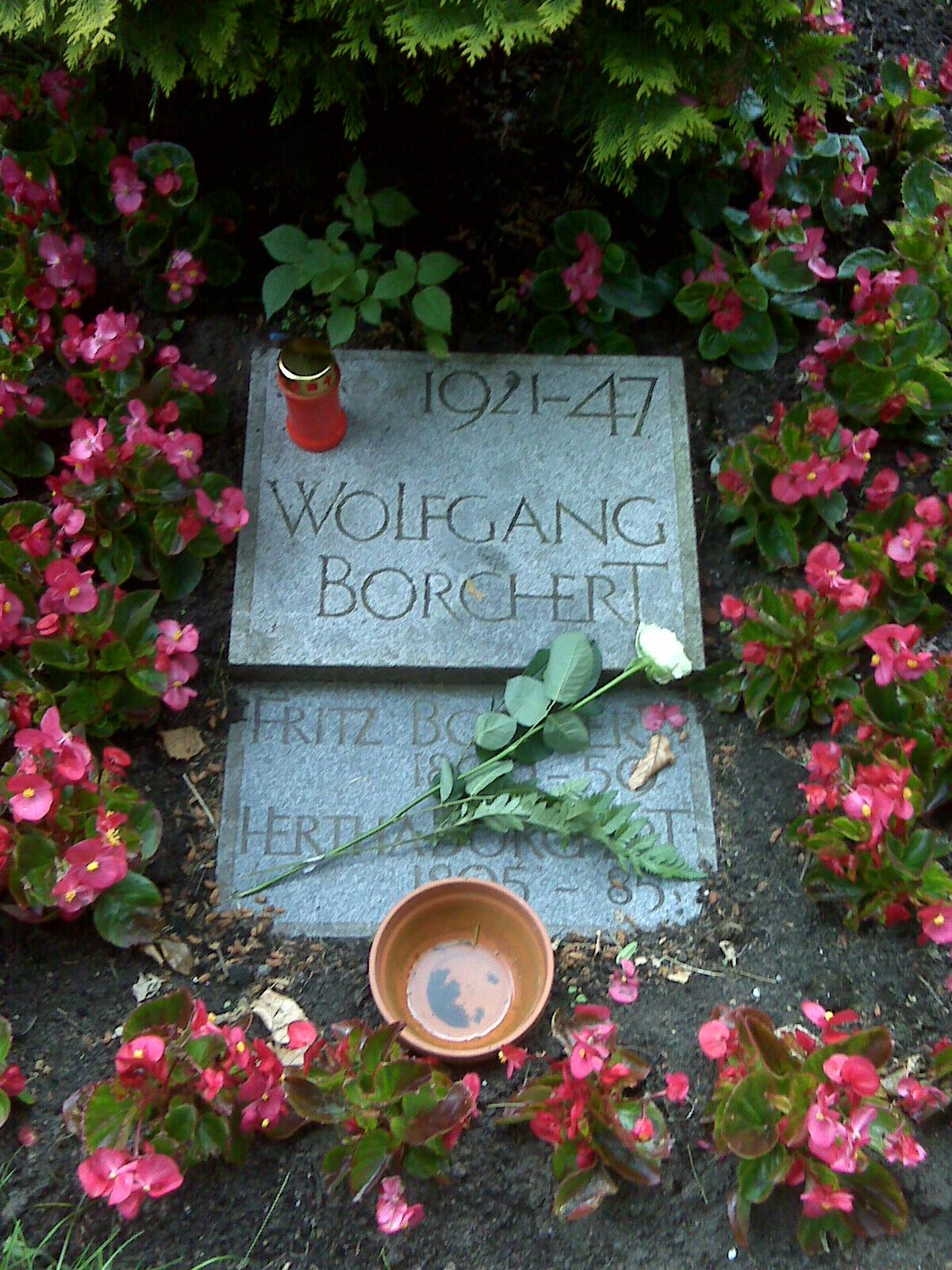 das urnengrab wolfgang borcherts und seiner eltern auf dem ohlsdorfer friedhof - Wolfgang Borchert Lebenslauf