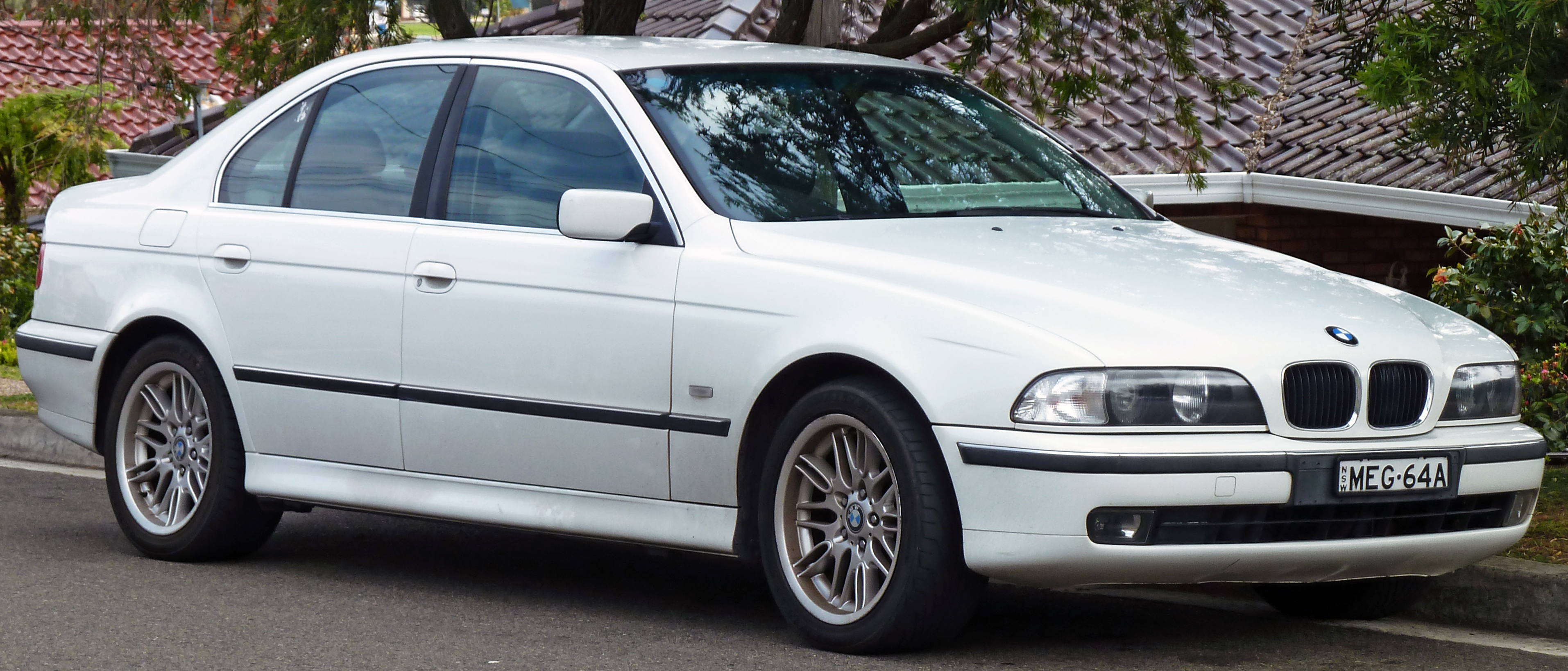 File:1996-2000 BMW 523i (E39) sedan 02.jpg - Wikimedia Commons