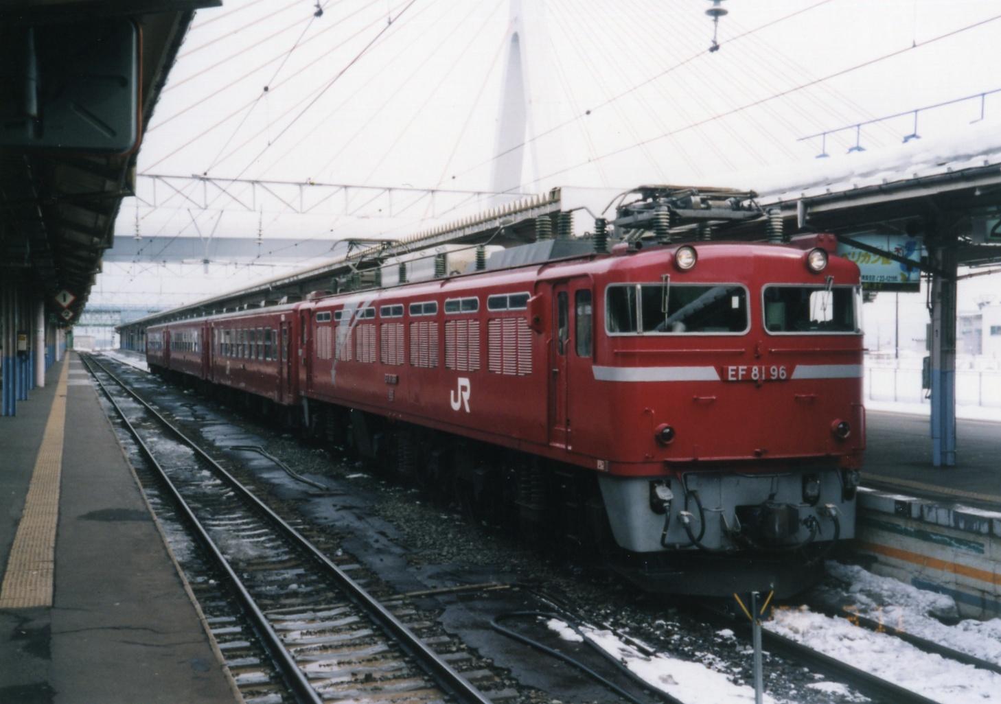 https://upload.wikimedia.org/wikipedia/commons/b/b2/A_local_train_from_Aomori_to_Morioka.jpg