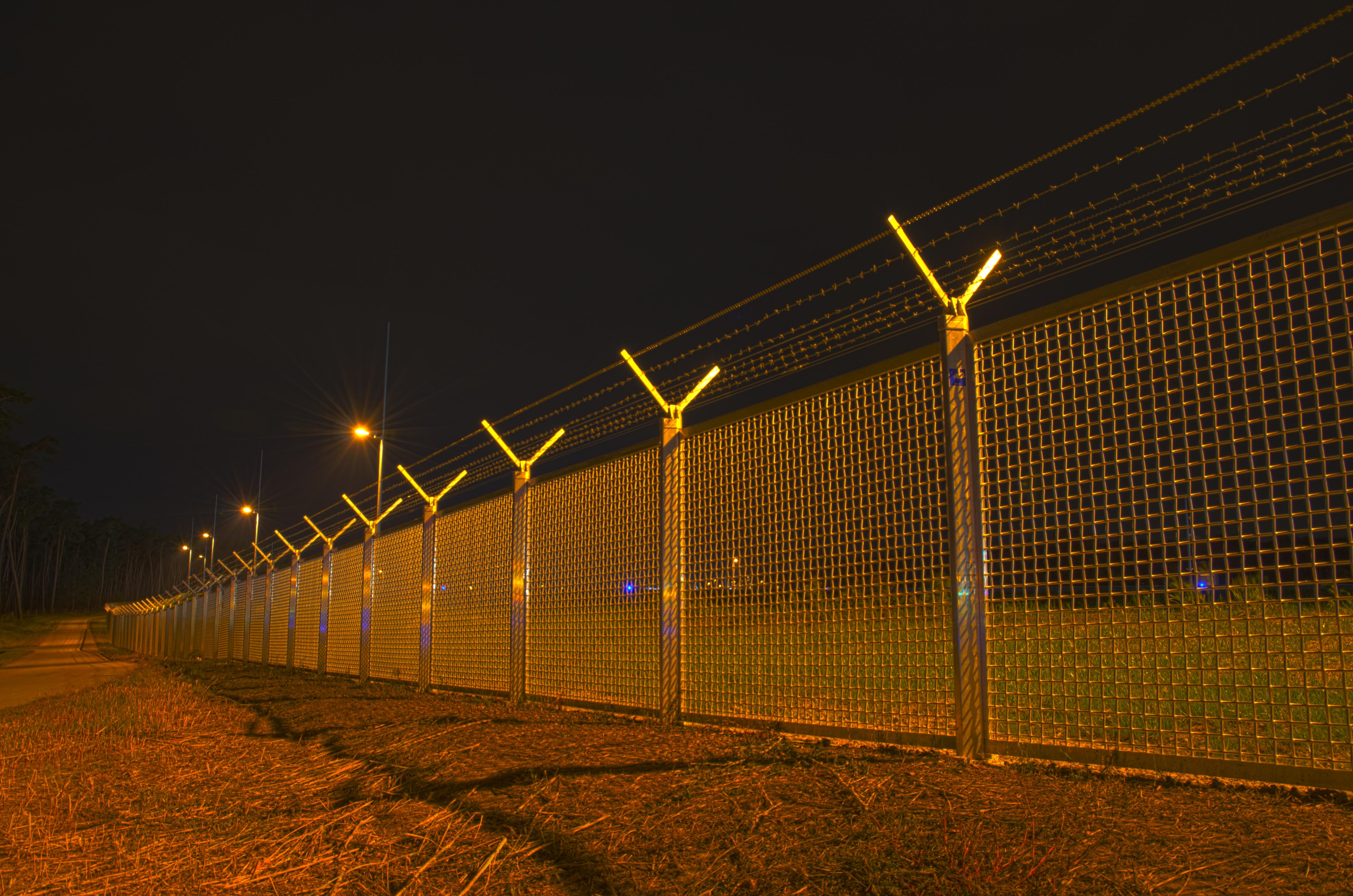 File:Airport Frankfurt - Fraport - Flughafen Frankfurt - barbed wire ...