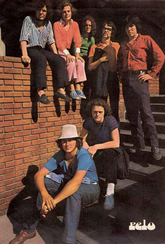 Los miembros de Almendra y Manal posando para la revista Pelo, ca. 1970.