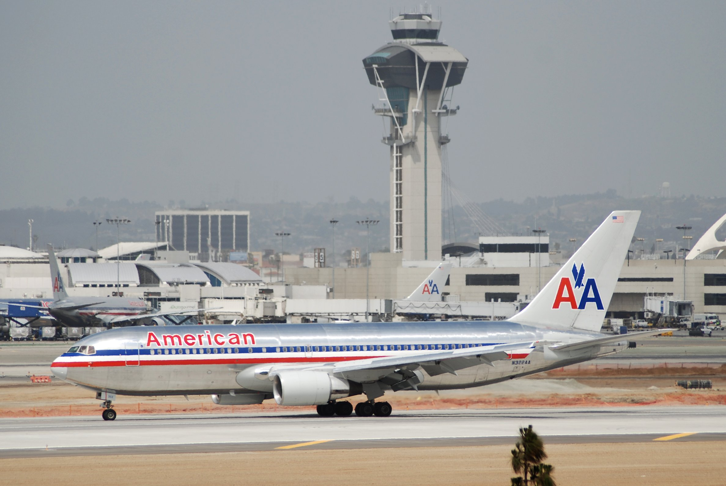 File:American Airlines Boeing 767-200; N322AA@LAX;17.04 ...