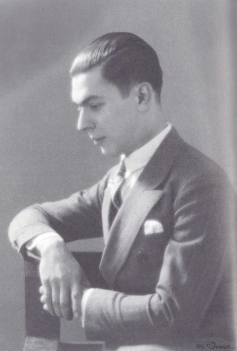 Andreas Embirikos fue un poeta surrealista y el primer psicoanalista griego. Elytis lo conoce en 1935, marcándolo en el ámbito literario.