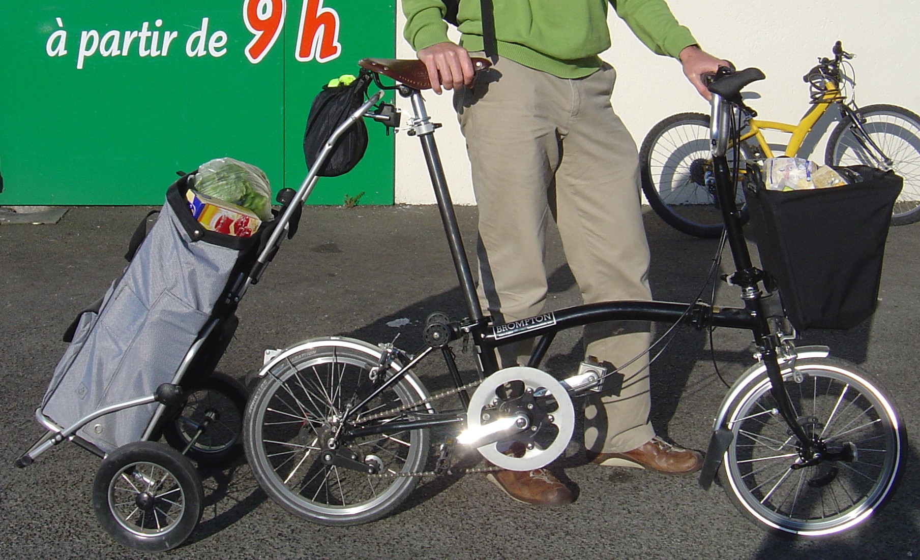 https://upload.wikimedia.org/wikipedia/commons/b/b2/Brompton_caddie_cabas.jpg