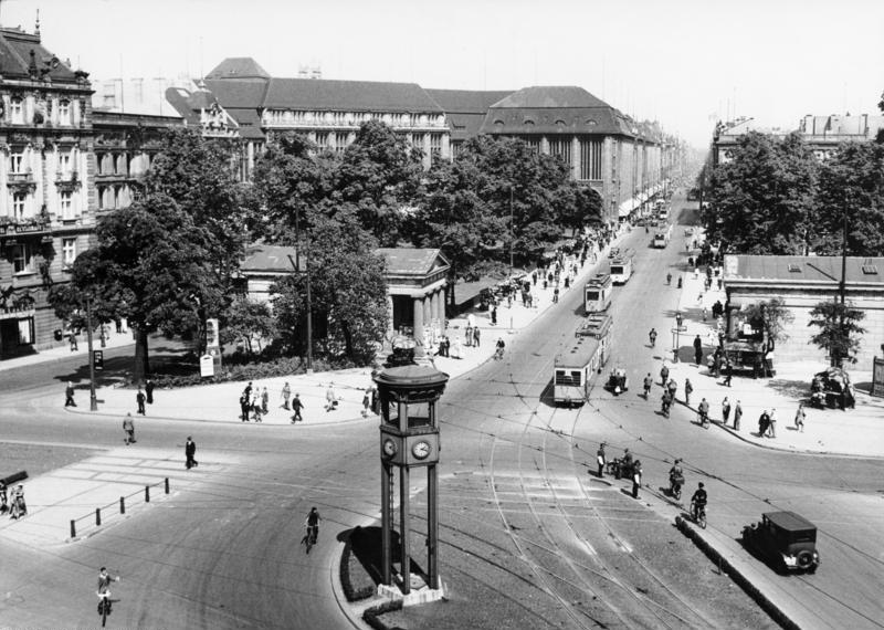 Potsdamer Platz, Bundesarchiv, B 145 Bild-P014783 / Frankl, A. / CC-BY-SA 3.0 [CC BY-SA 3.0 de (https://creativecommons.org/licenses/by-sa/3.0/de/deed.en)], via Wikimedia Commons