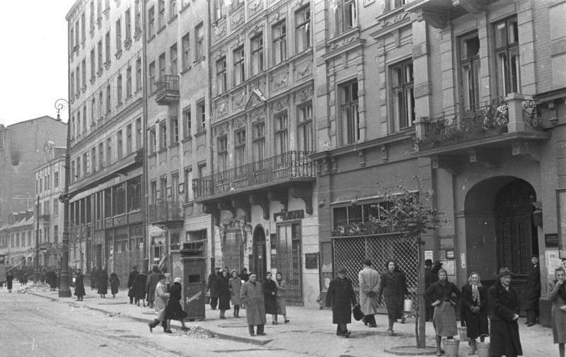http://upload.wikimedia.org/wikipedia/commons/b/b2/Bundesarchiv_Bild_101I-001-0285-03A%2C_Warschau%2C_Stra%C3%9Fenszene.jpg