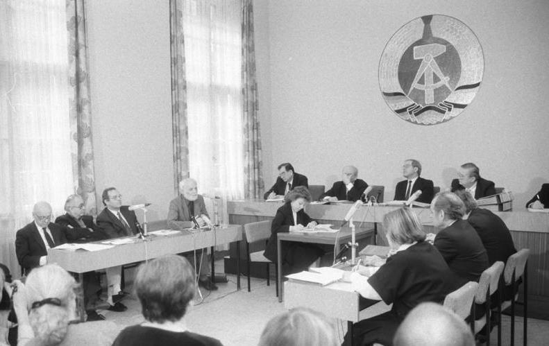 Bundesarchiv Bild 183-1990-0328-019, Berlin, Oberstes Gericht, Kassationsverfahren.jpg