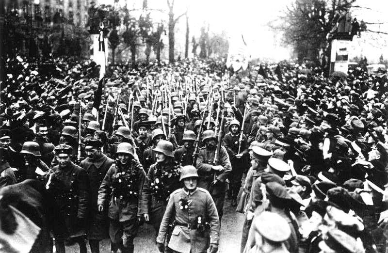 L'actu de la MARINE NATIONALE, de notre défense et de nos alliés /2 - Page 36 Bundesarchiv_Bild_183-R34275%2C_Berlin%2C_R%C3%BCckkehr_deutscher_Truppen