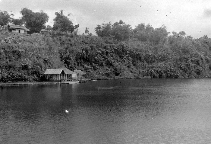 File:COLLECTIE TROPENMUSEUM Badplaats in het meer van Tjisaroea TMnr 10027141.jpg
