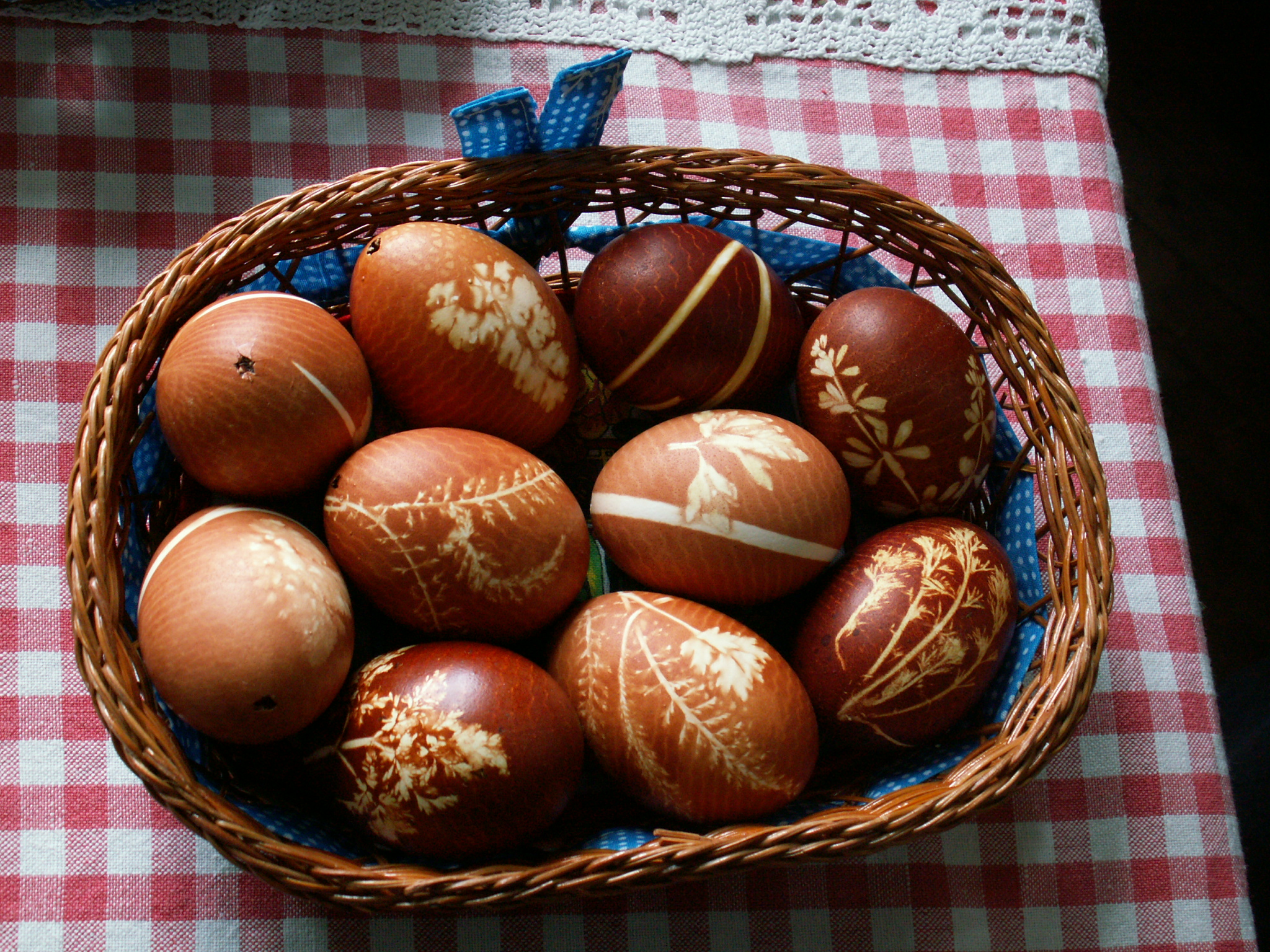 file easter eggs onion decoration jpg wikimedia commons
