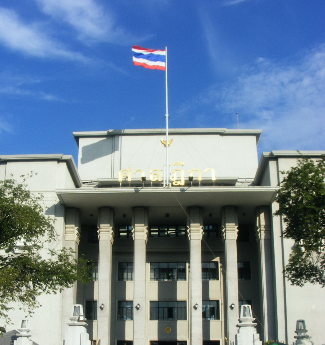 https://upload.wikimedia.org/wikipedia/commons/b/b2/Flag_of_Thailand_in_Supreme_court_of_Thailand.jpg?632