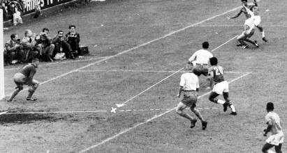 Garrincha crosses the ball to Vavá in the 1958 FIFA World Cup Final