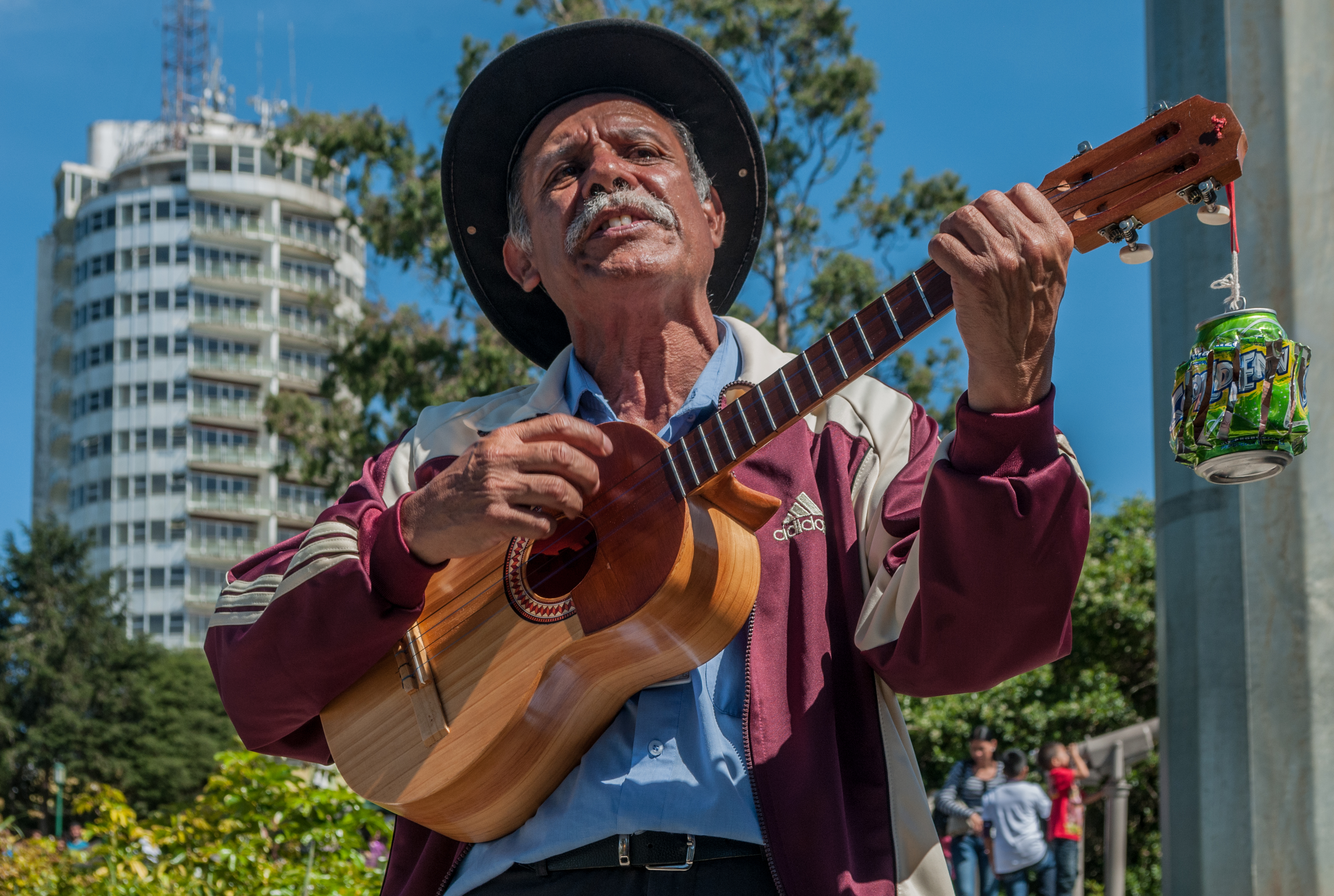 Hombre cantando, acompañado de un cuatro, en las cercanías del Hotel Humboldt, Caracas, Venezuela