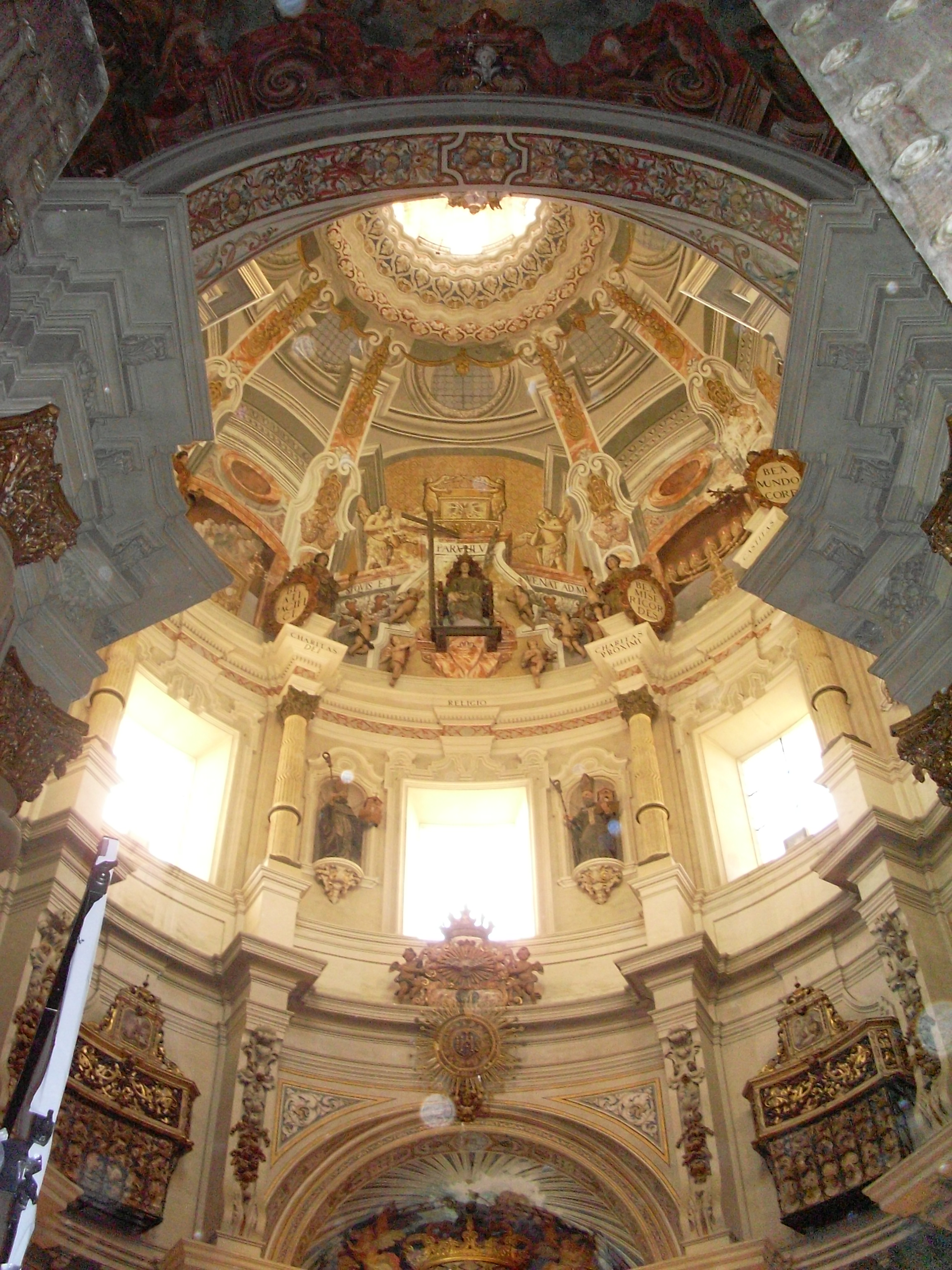 http://upload.wikimedia.org/wikipedia/commons/b/b2/Interior_Iglesia_San_Luis.JPG