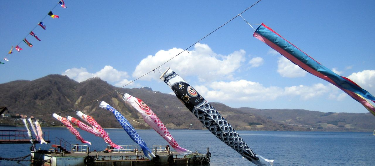 File:Japanese kites on a string.jpg - Wikimedia Commons