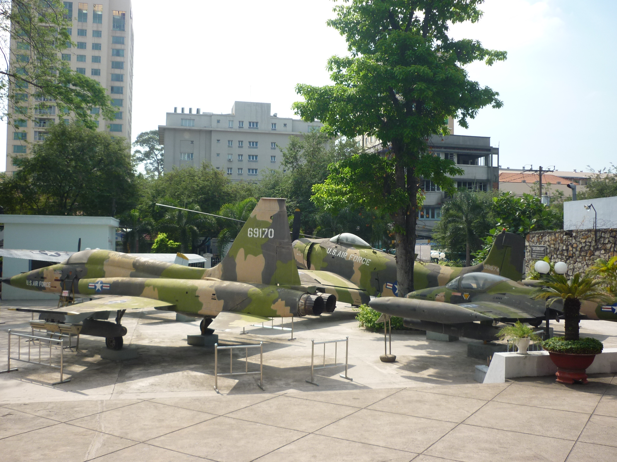 Khu trưng bày máy bay.JPG