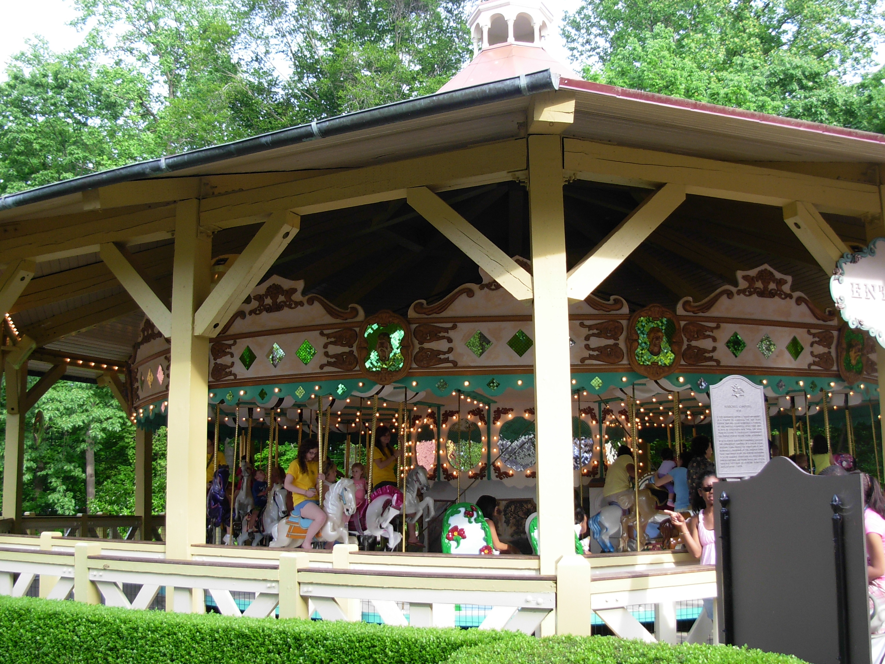 File:Kinder Karussel (Busch Gardens Williamsburg).jpg - Wikimedia ...