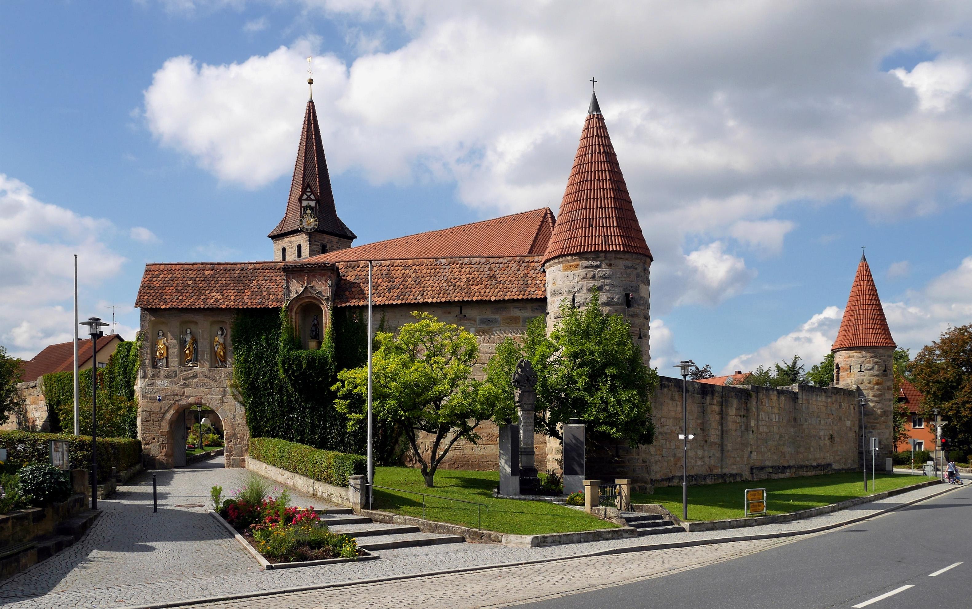 https://upload.wikimedia.org/wikipedia/commons/b/b2/Kirchenburg_in_Effeltrich.jpg
