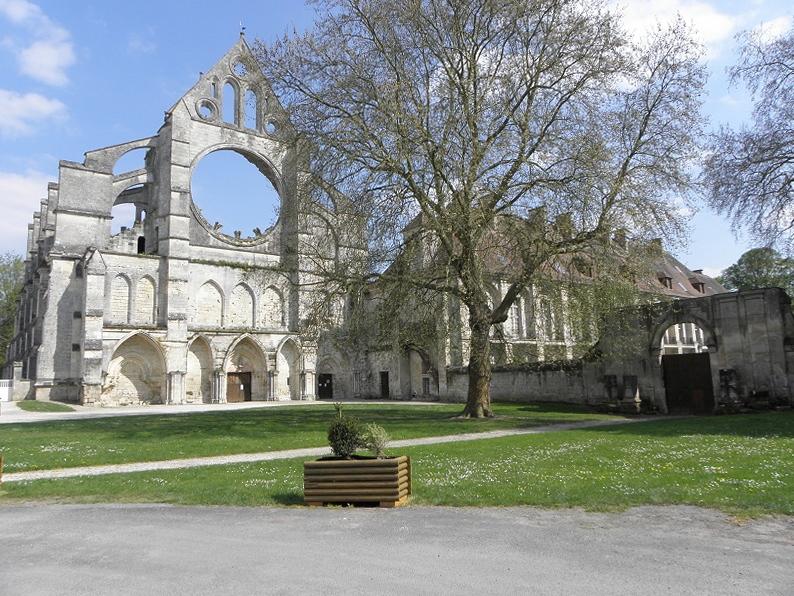 Façade occidentale de l'abbatiale de Longpont (02).