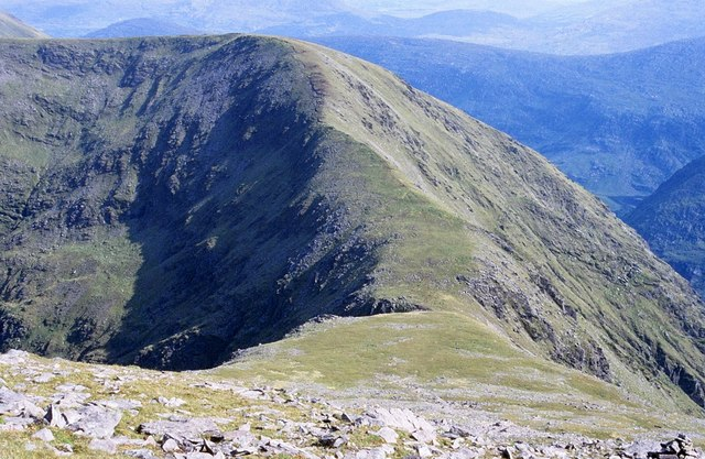 File:Macgillycuddy's Reeks, Col between Carrauntoohil and Cnoc Toinne - geograph.org.uk - 1434252.jpg