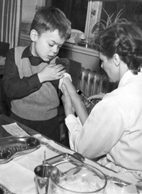 English: Polio vaccination started 1957 in Swe...
