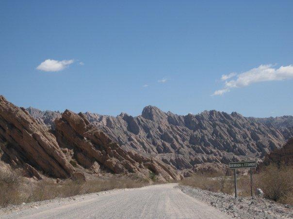 Cerros andinos de Angastaco donde nació y se crio Mariana Carrizo.