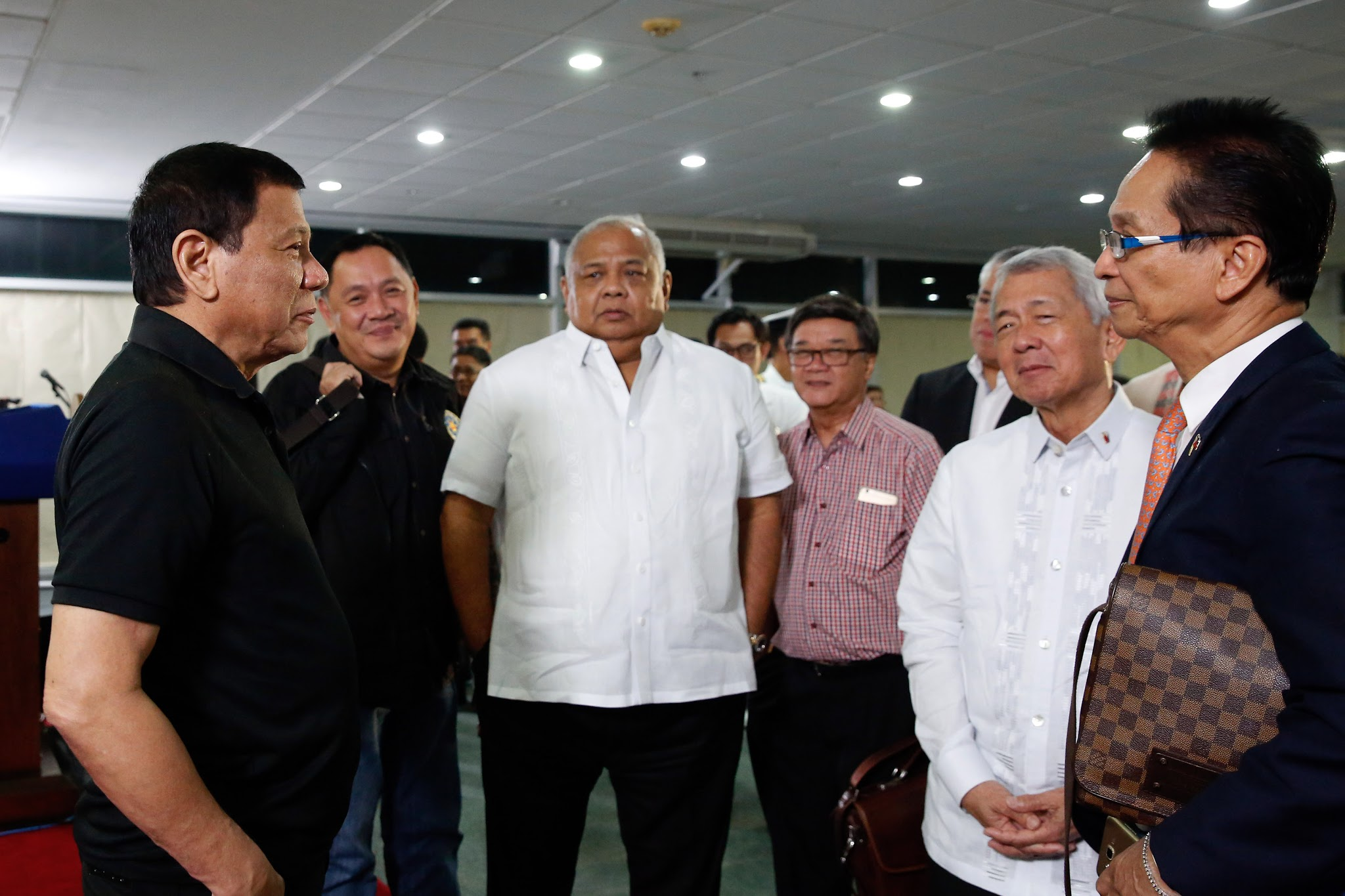 File Rodrigo Duterte Is In A Huddle With His Cabinet Members At The