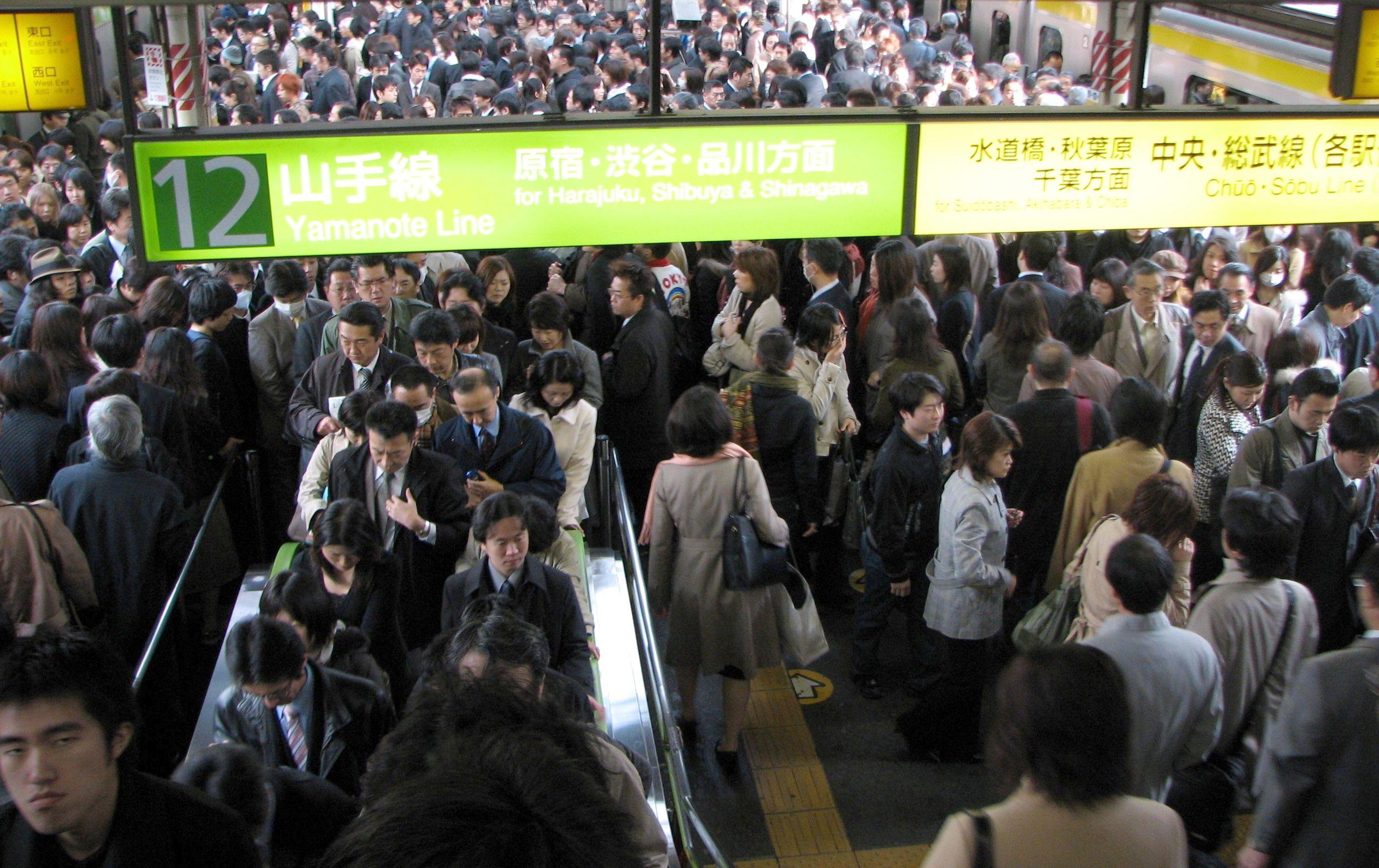 Rush_hour_at_Shinjuku_01.jpg