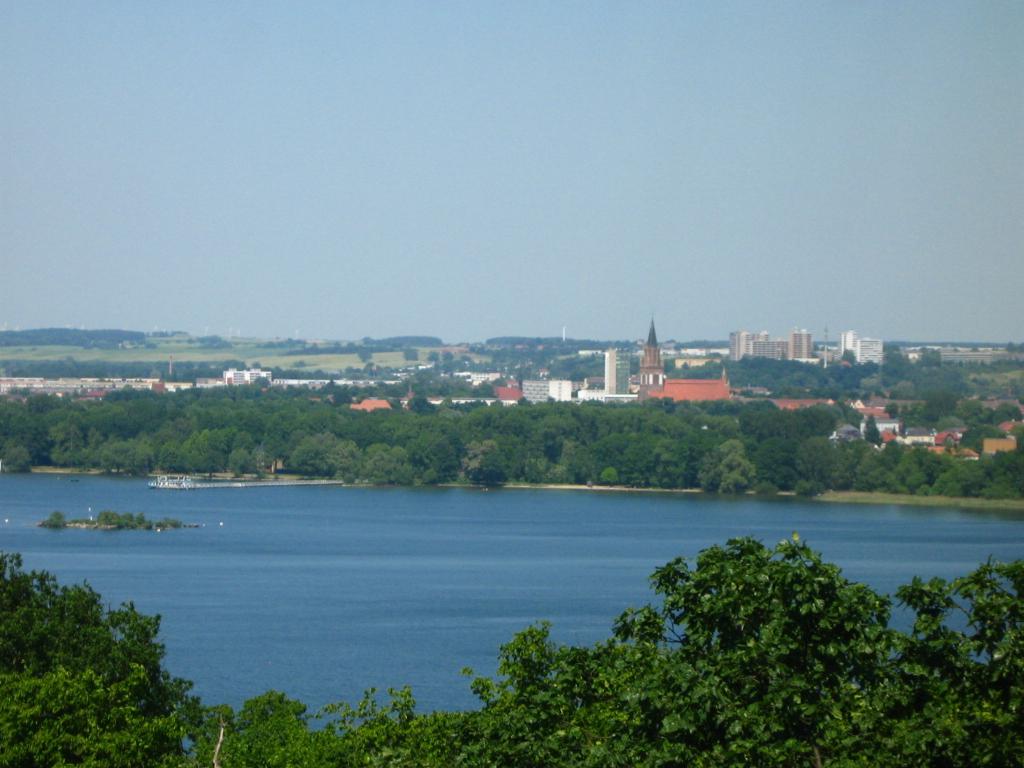 Blick über den Tollense-See auf Neubrandenburg - Quelle: WikiCommons