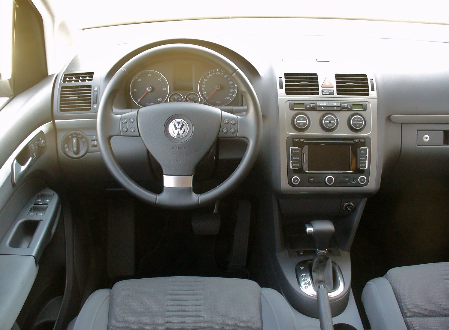 File:VW Touran 2.0 TDI DSG Highline Deep Black Interieur ...