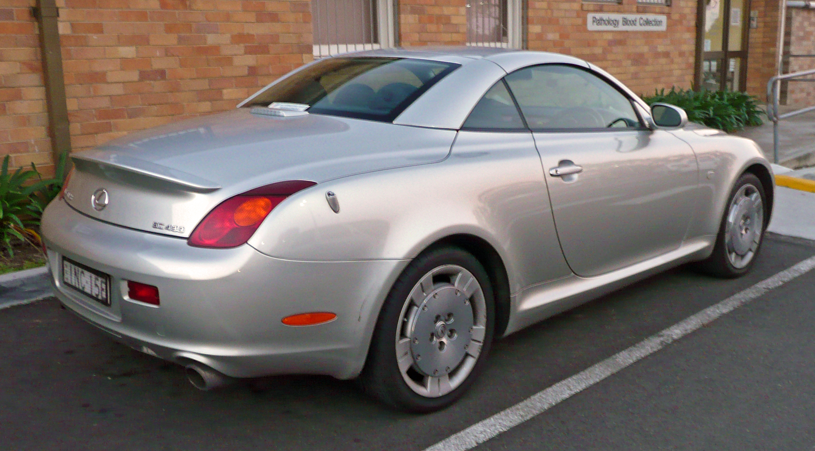 https://upload.wikimedia.org/wikipedia/commons/b/b3/2001-2005_Lexus_SC_430_%28UZZ40R%29_convertible_02.jpg