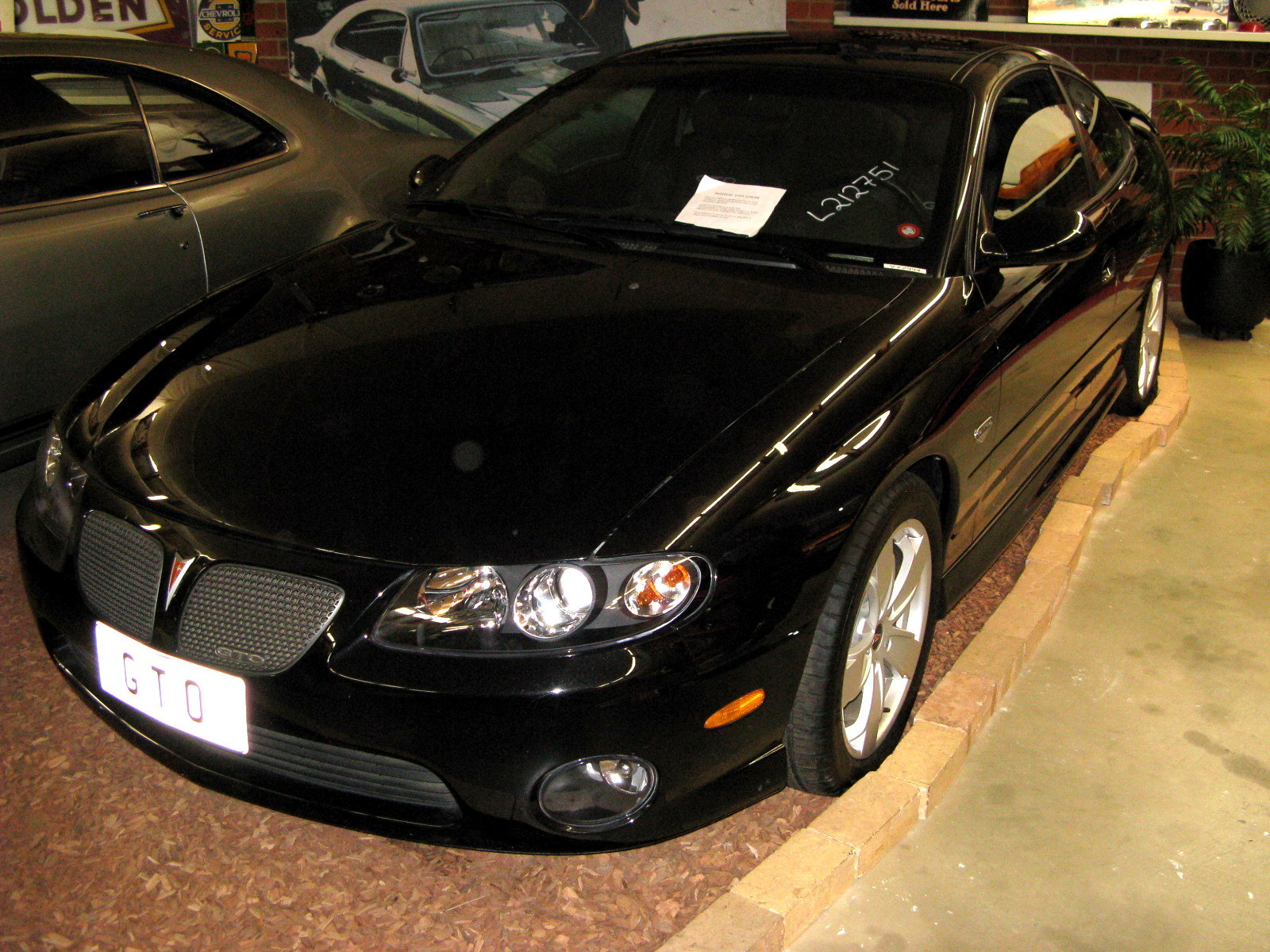 File:2004 Pontiac GTO coupe 01.jpg - Wikimedia Commons