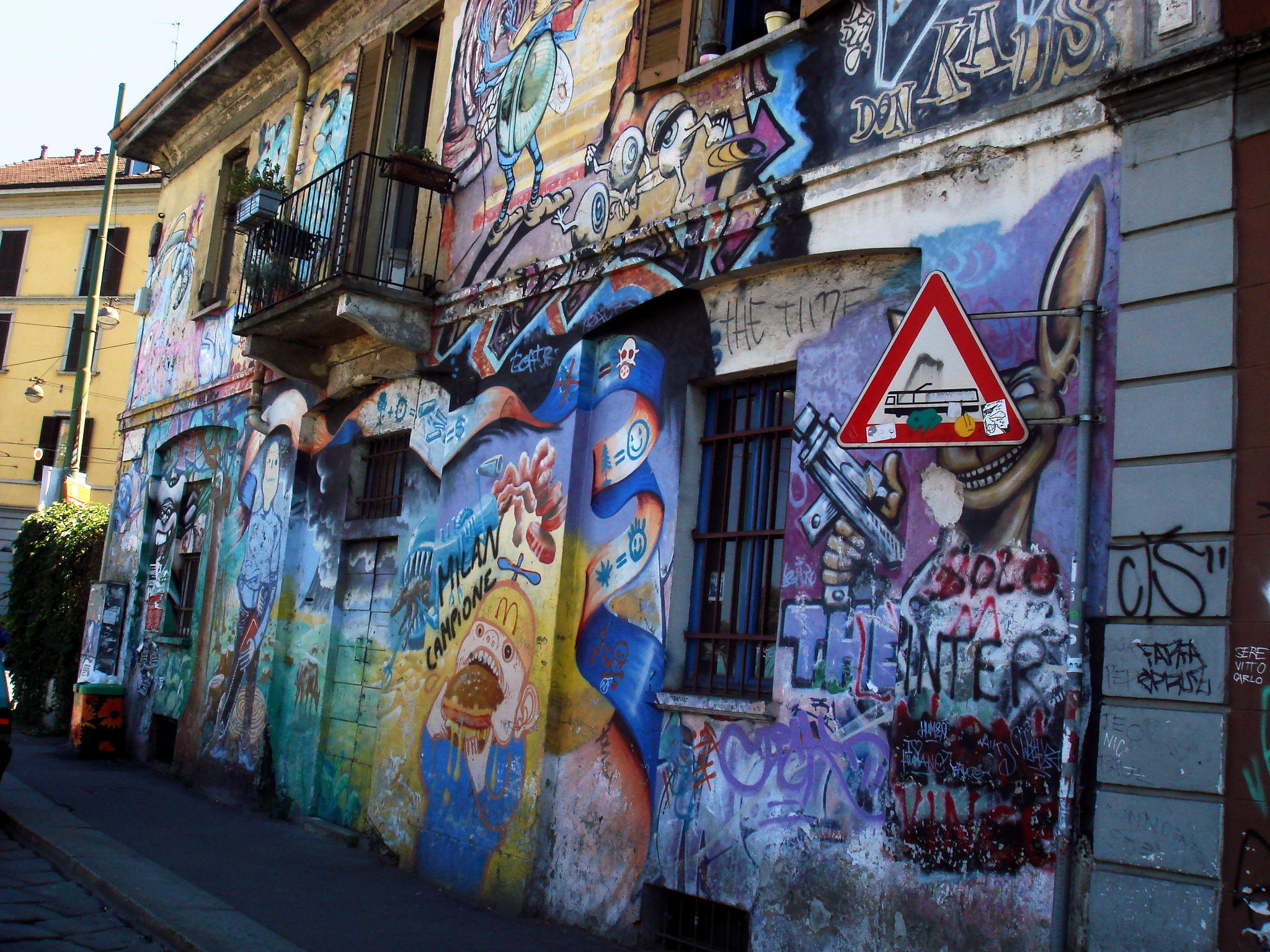 File4057 Milano Graffiti Su Casa Occupata Alla Darsena Foto - Graffitis-en-casa