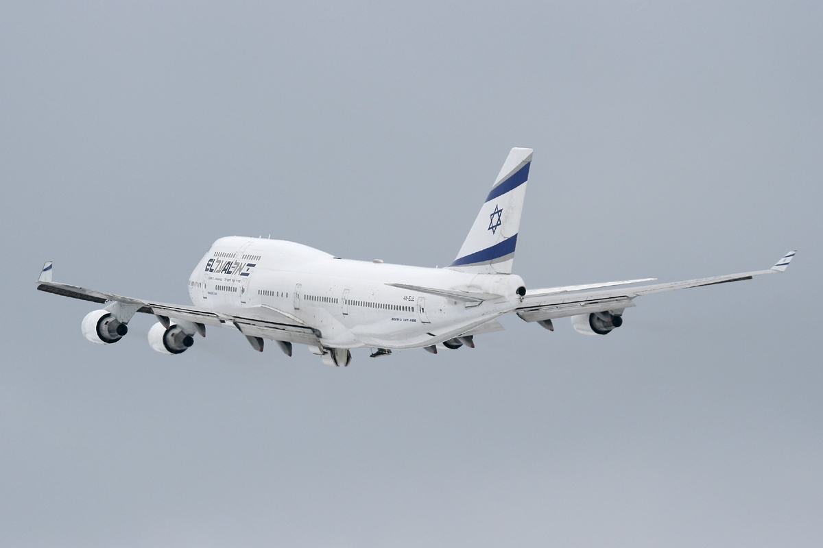 https://upload.wikimedia.org/wikipedia/commons/b/b3/Boeing_747-412,_El_Al_Israel_Airlines_JP7348426.jpg