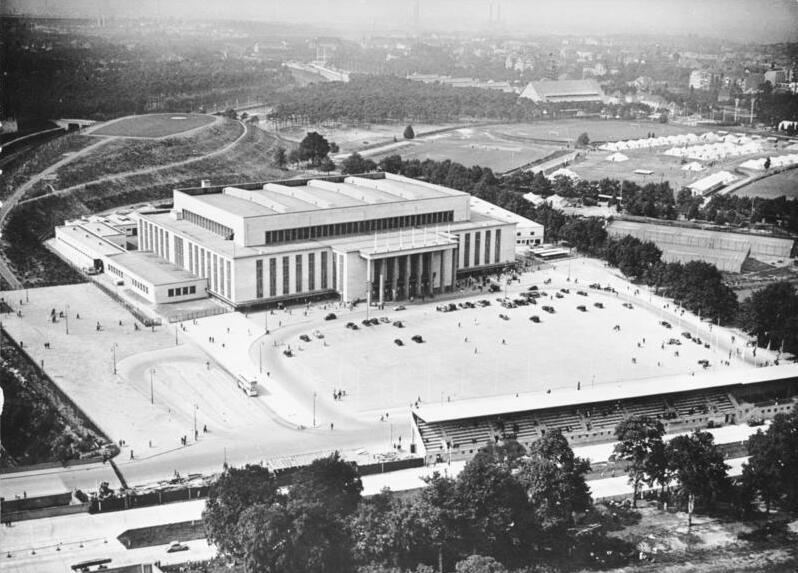 Deutschlandhalle Bundesarchiv, B 145 Bild-P018933 / CC-BY-SA 3.0 [CC BY-SA 3.0 de (https://creativecommons.org/licenses/by-sa/3.0/de/deed.en)], via Wikimedia Commons