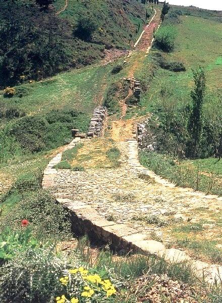 File:Calzada romana y puente de Cirauqui.jpg