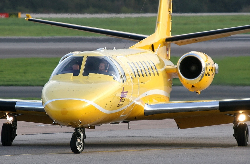 https://upload.wikimedia.org/wikipedia/commons/b/b3/Cessna_560_Citation_V%2C_Tyrol_Air_Ambulance_JP5855418.jpg