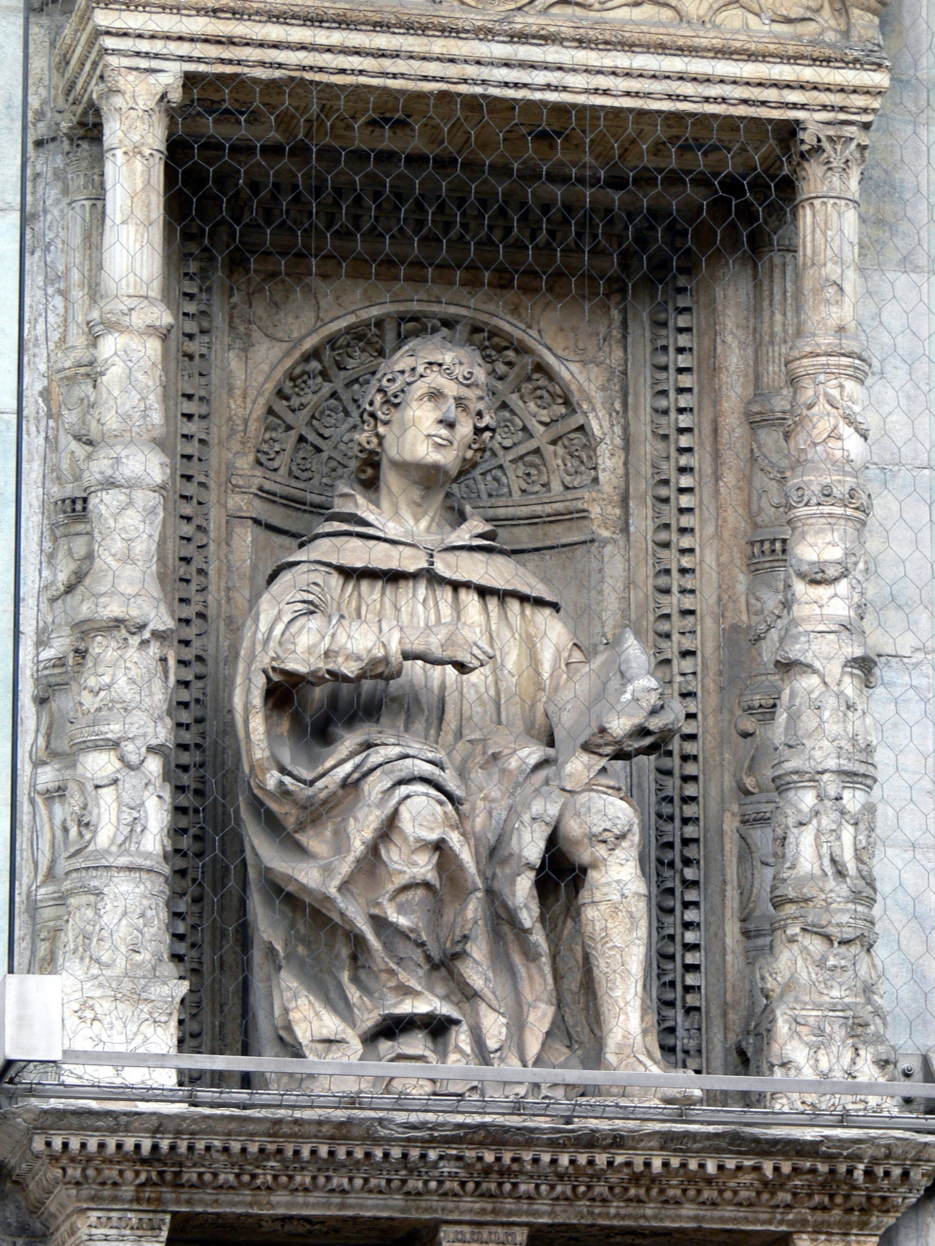 Statue of Pliny the Elder on the facade of Cathedral of S. Maria Maggiore in [[Como]]