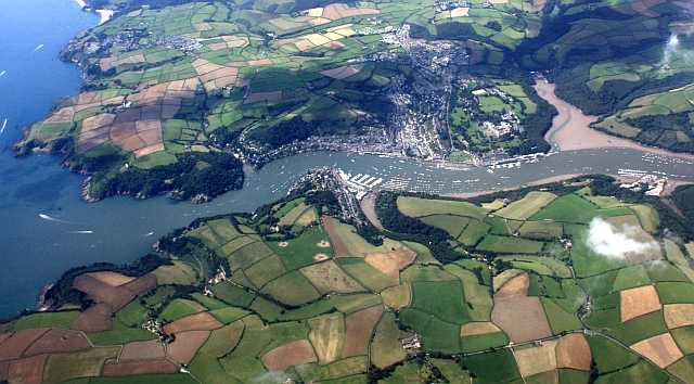https://upload.wikimedia.org/wikipedia/commons/b/b3/Dartmouth_from_the_air_-_geograph.org.uk_-_1457173.jpg