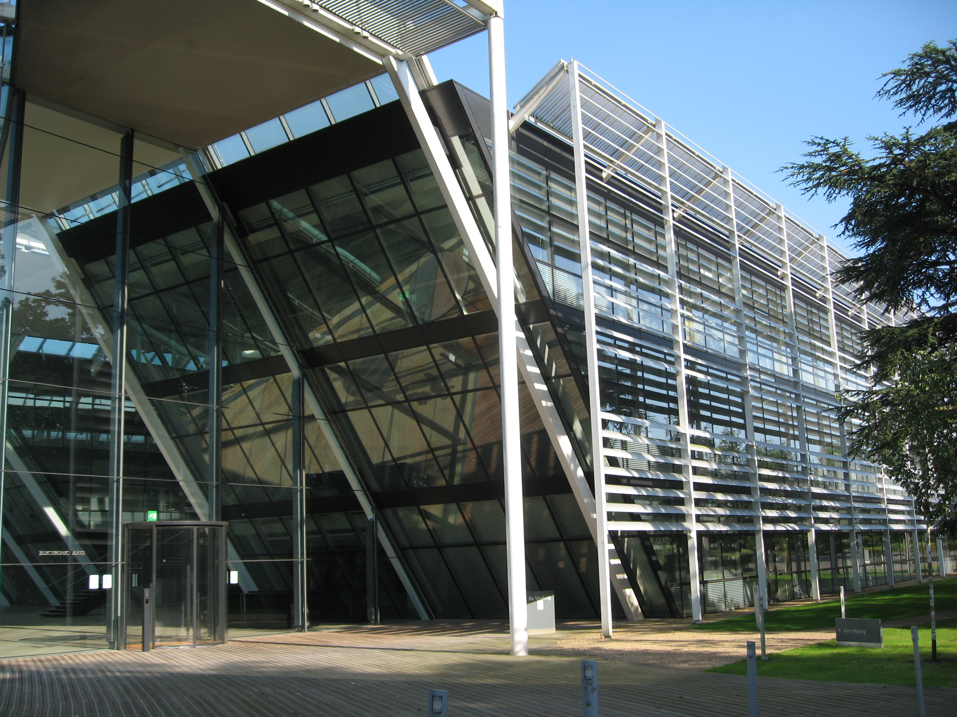 File ea building chertsey wikimedia commons for Porte hq surrey