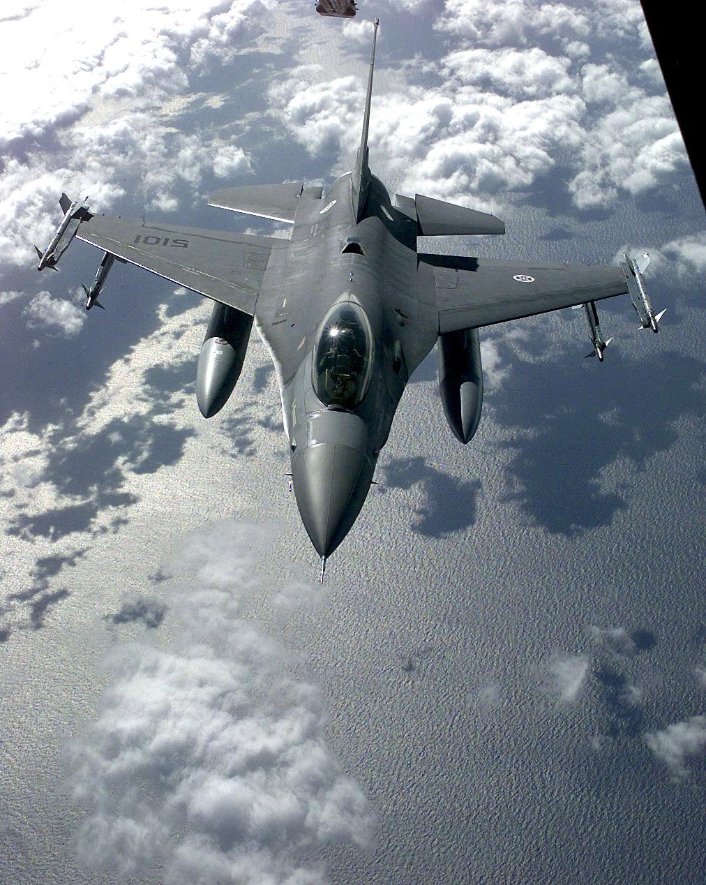F-16 Fighting Falcon - Page 2 F16A_FAP_refuel_KC-10