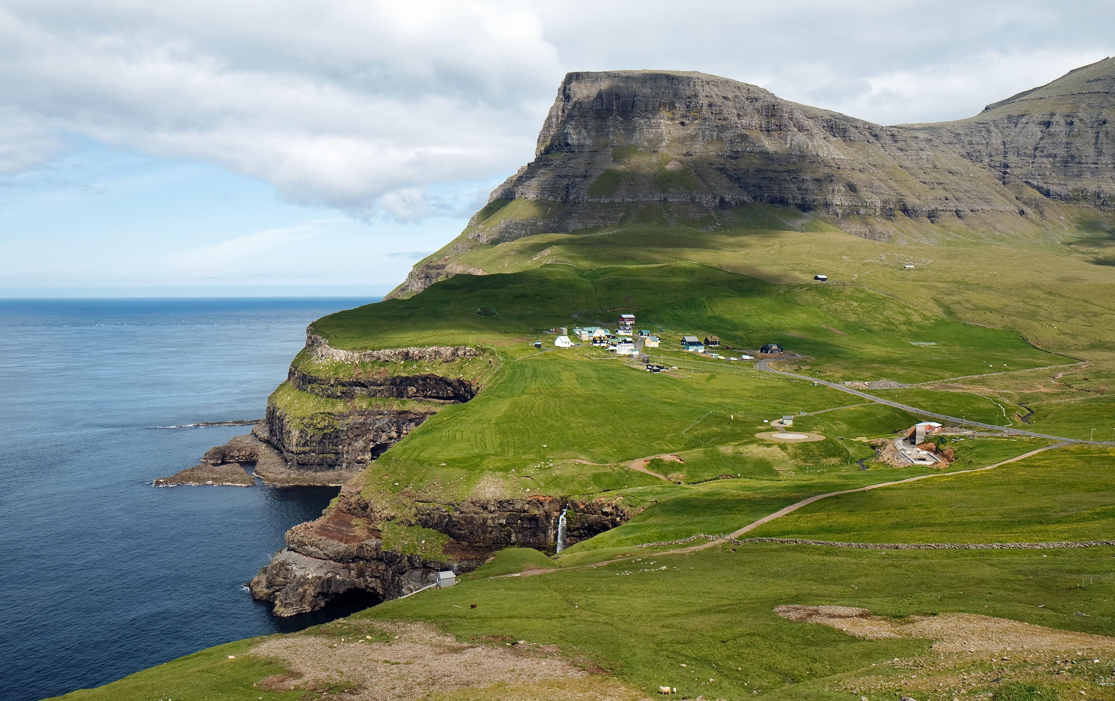 https://upload.wikimedia.org/wikipedia/commons/b/b3/G%C3%A1sadalur_-_Faroe_Islands.jpg
