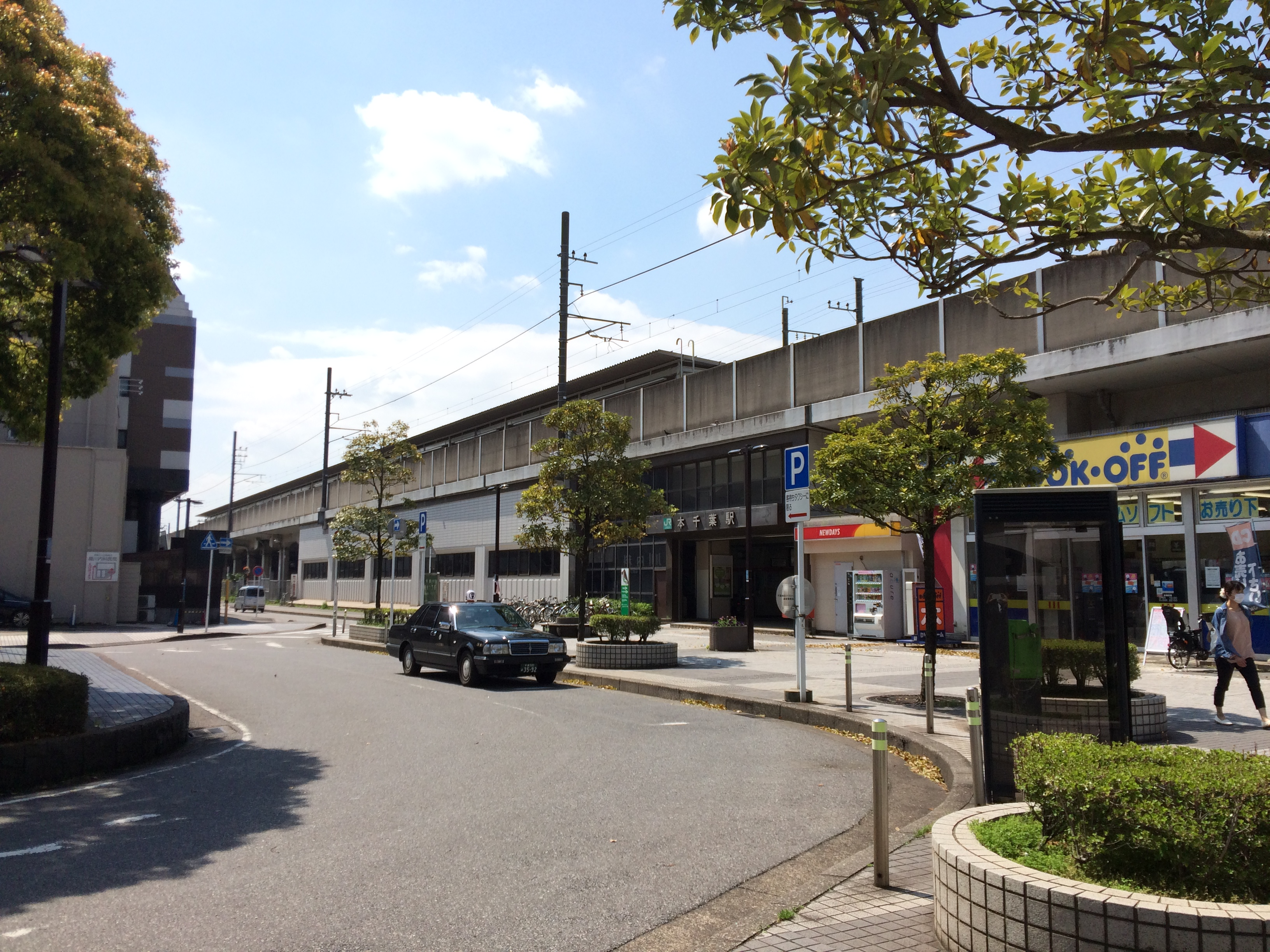 https://upload.wikimedia.org/wikipedia/commons/b/b3/Hon-Chiba_Station_20150415.jpg
