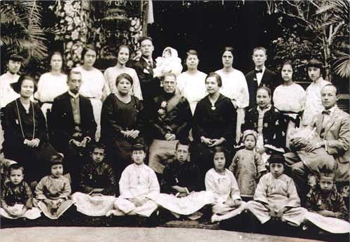 File:Hotung 3 generations.jpg - Wikimedia Commons