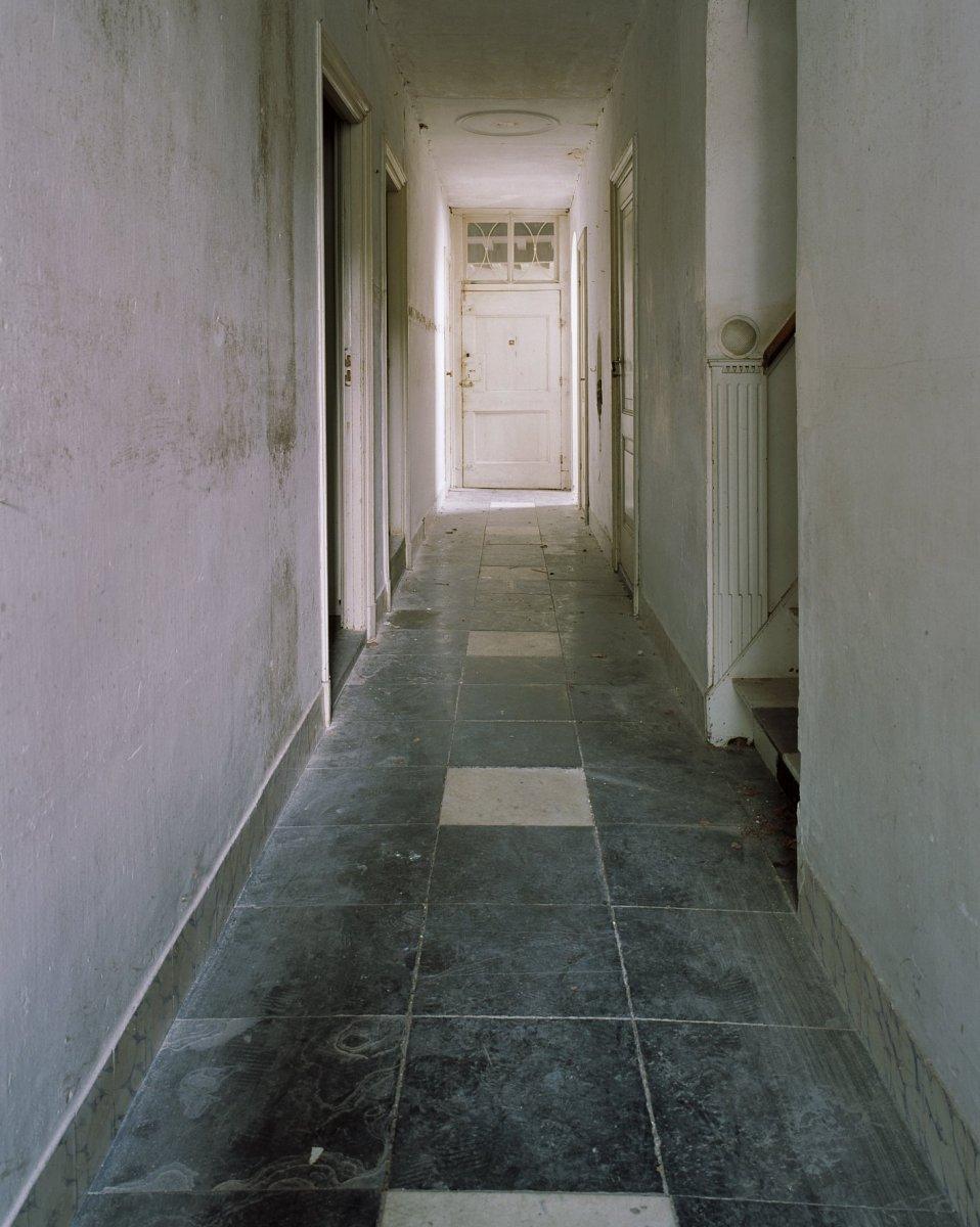 File interieur overzicht gang met tegelvloer en for Interieur nederland
