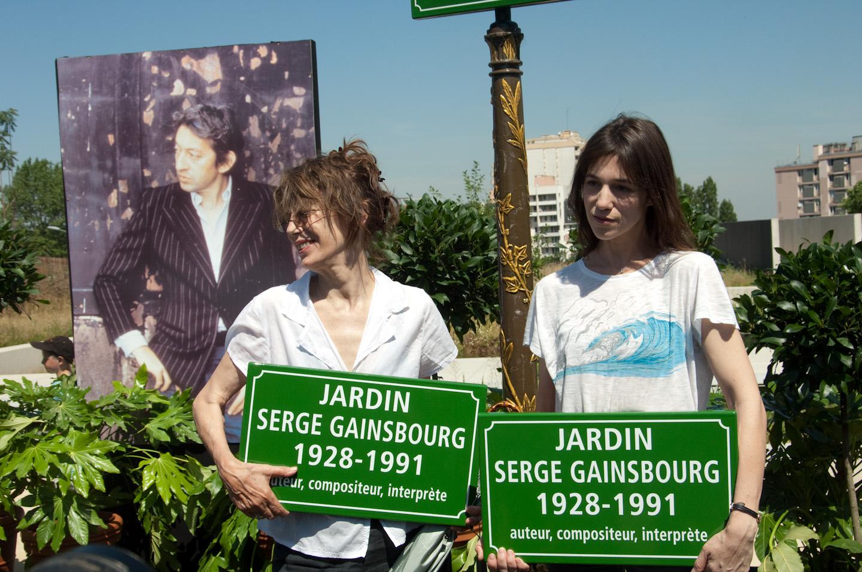 Jane Birkin y Charlotte Gainsbourg en la inauguración del jardín Serge-Gainsbourg.